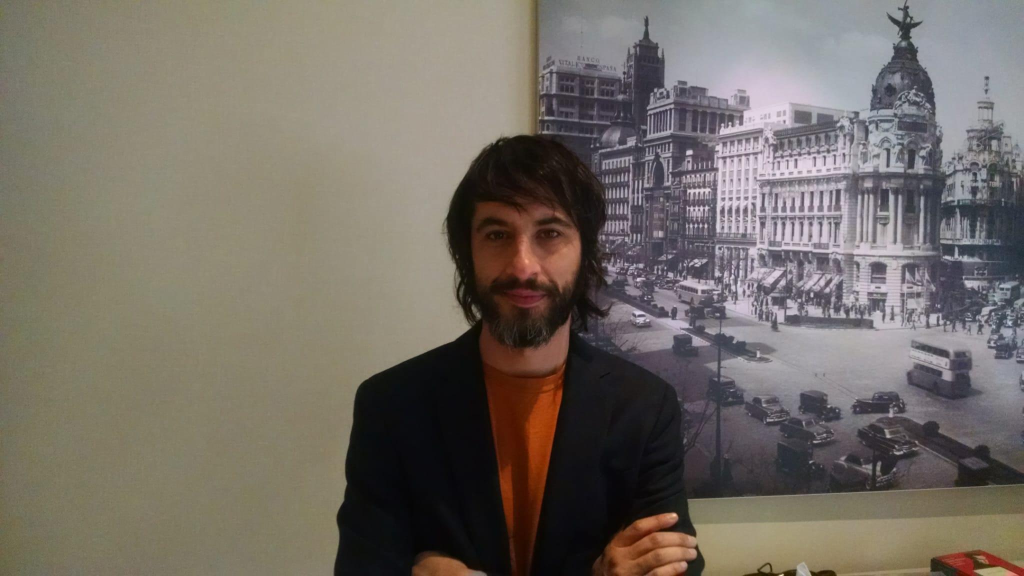 Marc Vigil le pone voz a la corrupción y la novela negra en 'El Silencio del Pantano'