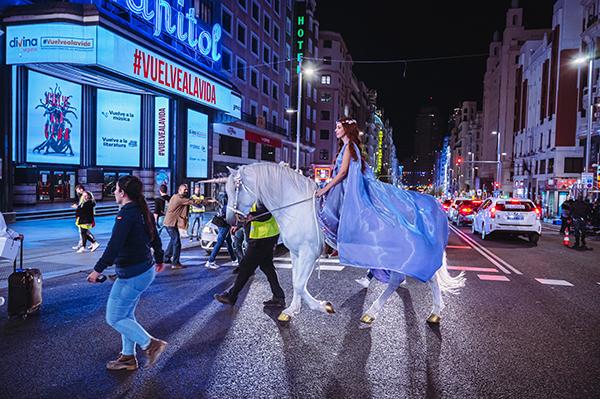 El rodaje de 'De Caperucita a Loba' corta la Gran Vía madrileña y la llena de unicornios